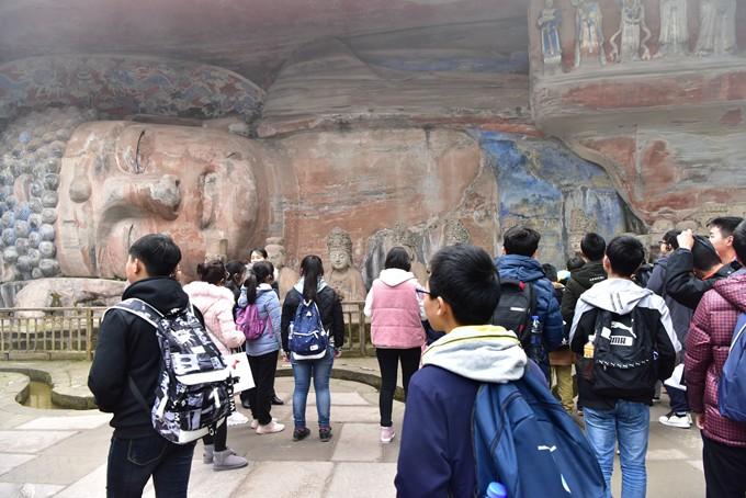城南初级中学师生参观大足石刻